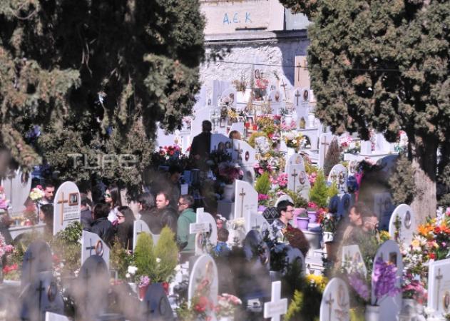 Παντελής Παντελίδης: Πλήθος κόσμου και σήμερα στο νεκροταφείο – Μια μέρα μετά την κηδεία στην γειτονιά του!