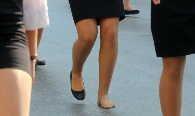 Η φωτογραφία που έγινε viral! Η μαθήτρια που παρέλασε χωρίς το ένα παπούτσι