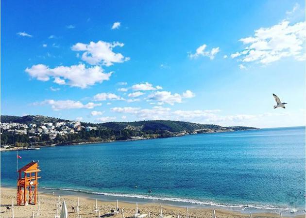 Ποια Ελληνίδα παρουσιάστρια κάνει Πρωτοχρονιά σε αυτή την παραλία;