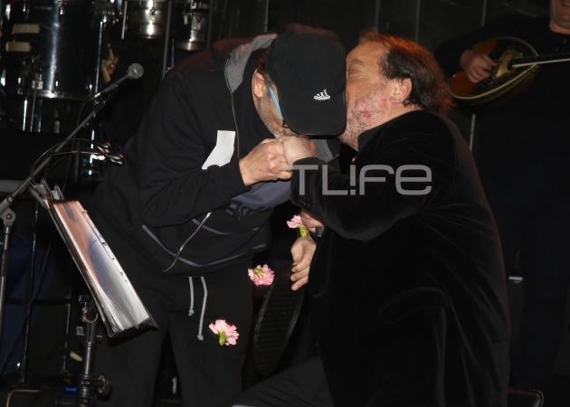 Σταμάτης Γονίδης: Το φιλί στο στόμα στον Γιάννη Πάριο στην πίστα! [vid] | tlife.gr