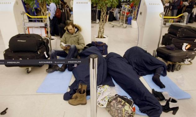 60.000 άνθρωποι δεν έφτασαν στον προορισμό τους από το Παρίσι – Κίνδυνος κατάρρευσης στέγης αεροδρομίου | tlife.gr