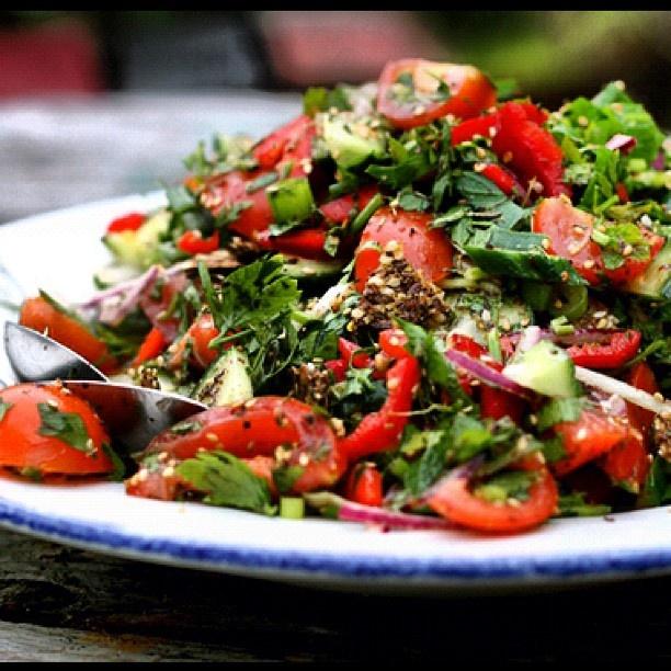 Μαϊντανοσαλάτα με κόκκινη πιπεριά