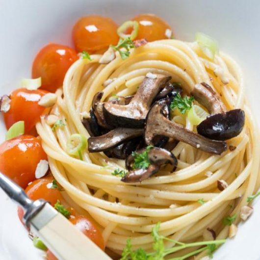 Ζυμαρικά με μανιτάρια, ντομάτα και λευκό κρασί | tlife.gr