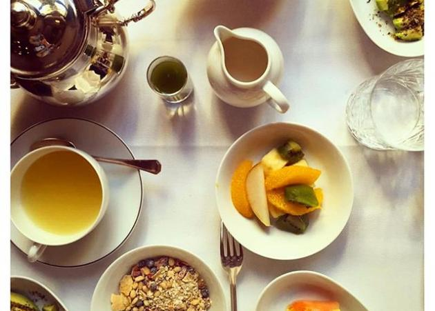 Ποια Ελληνίδα παρουσιάστρια απόλαυσε αυτό το πρωινό σε ξενοδοχείο του Παρισιού; | tlife.gr