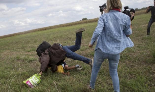 Οργή και αγανάκτηση για τη οπερατέρ από την Ουγγαρία που κλωτσούσε πρόσφυγες   tlife.gr
