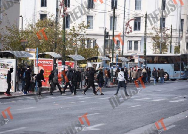 Αλέξανδρος Γρηγορόπουλος – Live: Πετροπόλεμος ανάμεσα στα αυτοκίνητα στην Ακαδημίας!