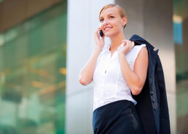 Περπατάς ασυναίσθητα όταν μιλάς στο τηλέφωνο; Κοίτα γιατί! | tlife.gr