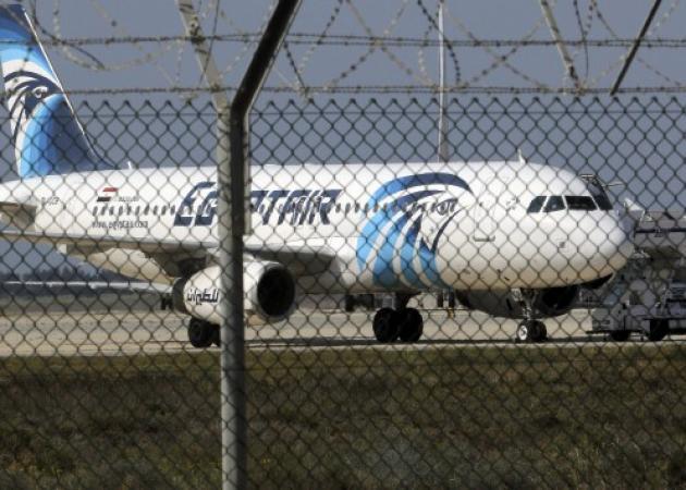 Θρίλερ στην Κύπρο – Ο ζωσμένος με εκρηκτικά αεροπειρατής απελευθέρωσε όλους τους επιβάτες εκτός από το πλήρωμα και 4 αλλοδαπούς
