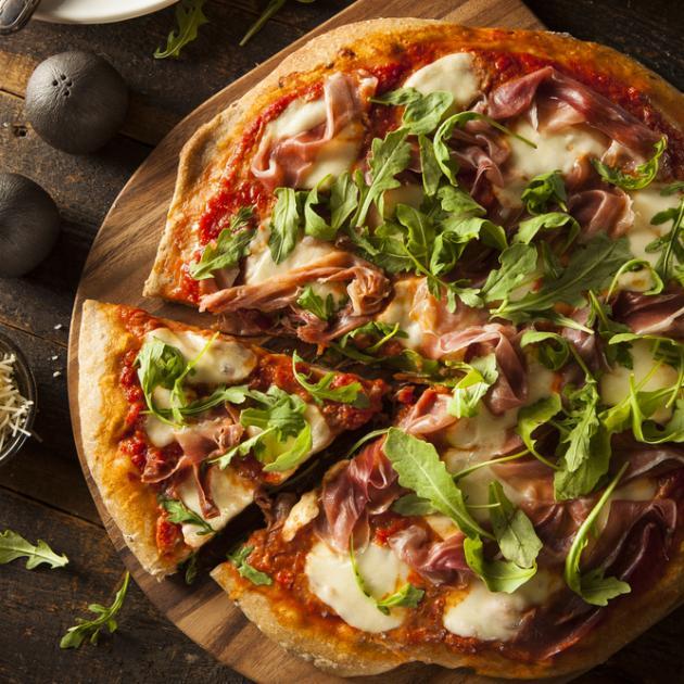 Pizza με ντομάτα, μπέικον και ρόκα
