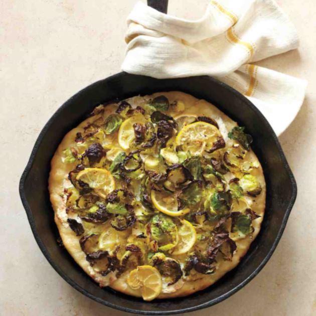 Πίτσα με λαχανάκια Βρυξελλών και λεμόνι