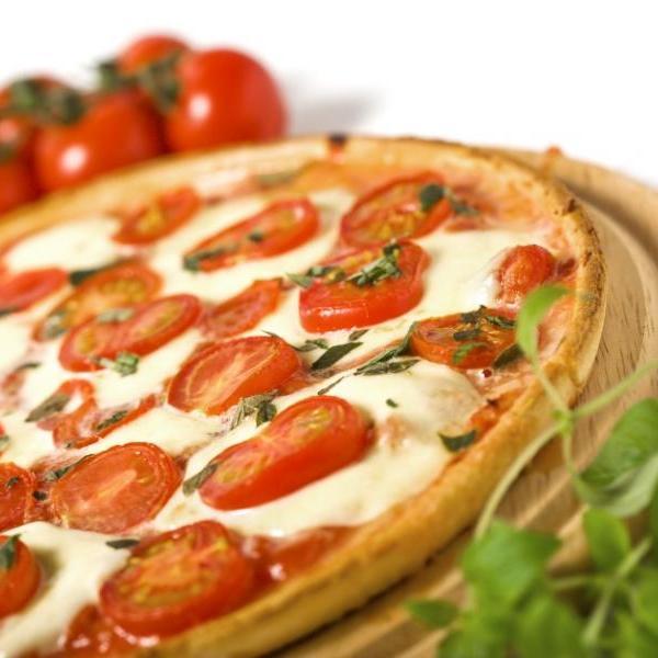 Πίτσα μοτσαρέλα, ντομάτα, πιπεριά