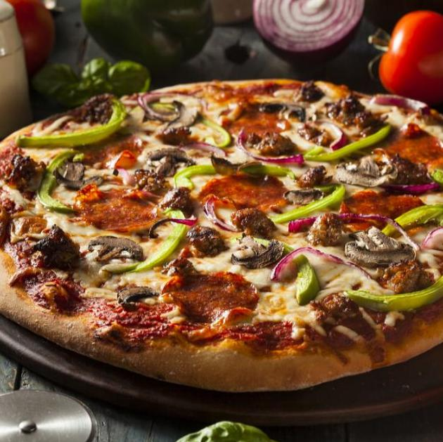 Pizza με πεπερόνι και μανιτάρια