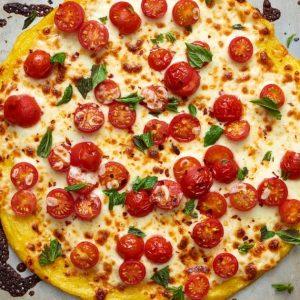 Πίτσα με βάση από πολέντα και ζουμερά ντοματίνια