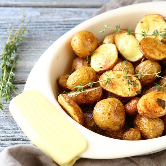 Πατάτες με θυμάρι και δενδρολίβανο