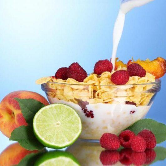 Γάλα με νιφάδες βρώμης, αμύγδαλα και φρούτα εποχής | tlife.gr