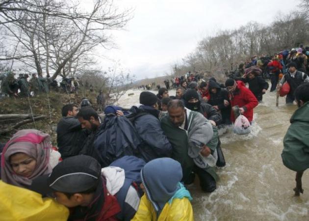 Πρόσφυγες αντιμέτωποι με στρατό και αστυνομία – Απελπισμένοι άφησαν τον λασπότοπο της Ειδομένης και προχωρούν…