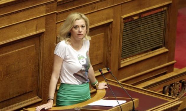 Έγινε παρατήρηση στην βουλευτή Ραχήλ Μακρή γιατί φορούσε φούστα – μπλούζα!   tlife.gr
