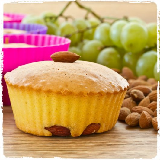 Muffins με γλυκό σταφύλι και αμύγδαλα | tlife.gr
