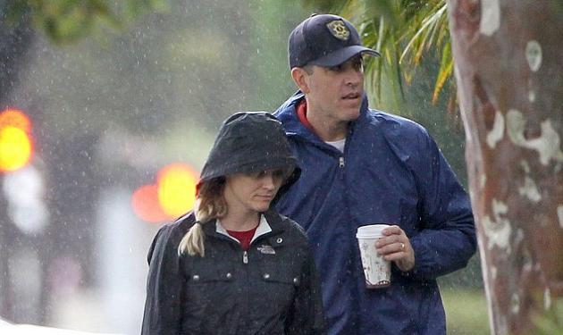 Δες πώς έντυσε τον γιο της η Reese Witherspoon στην βροχή!