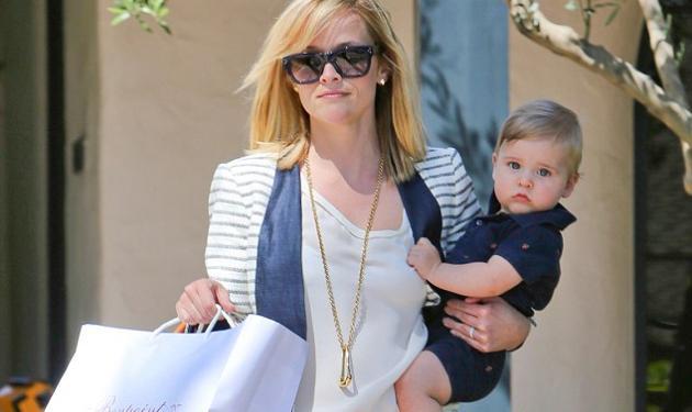 Είναι ίδιος με τη μαμά του! Η R. Witherspoon με τον κατάξανθο γιο της στα μαγαζιά!