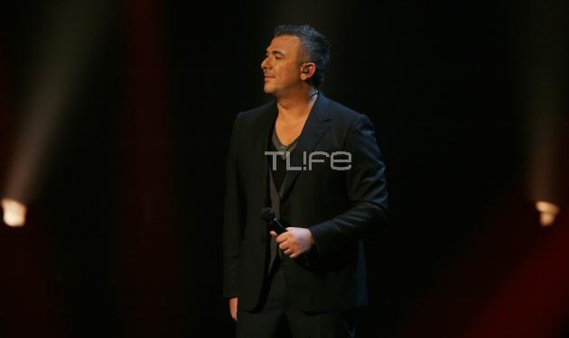 Α. Ρέμος: Η αποθέωση από το κοινό και το εντυπωσιακό εφέ με τα λουλούδια στη σκηνή! Video | tlife.gr