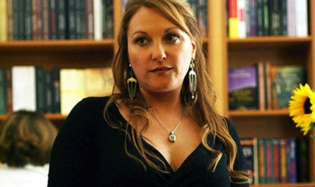 Ρ. Λουιζίδου στο TLIFE: Μιλά για τον Θ. Αθερίδη, αποκαλύπτει την ηλικία της και απαντά αν θα ξύριζε το κεφάλι της!
