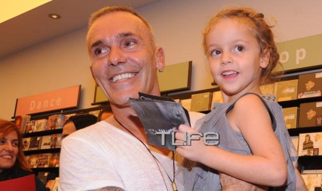 Σ. Ρόκκος: Με την μικρή του πριγκίπισσα στην απονομή του πολυπλατινένιου άλμπουμ του! | tlife.gr