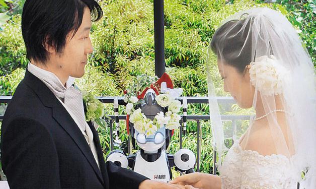 Ρομπότ – παπάς παντρεύει ζευγάρι! | tlife.gr
