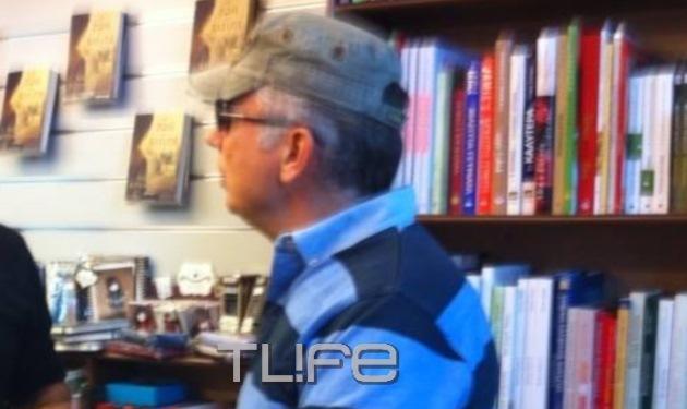 Θ. Ρουσόπουλος: Με casual εμφάνιση στο Ψυχικό. Ποιον συνάντησε; Φωτογραφίες
