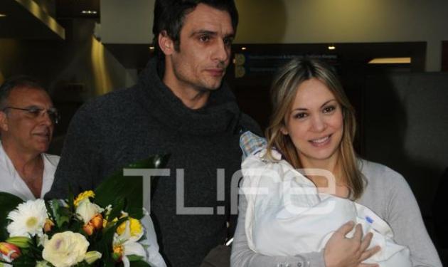 Λ. Σακκά: Βγήκε απ' το μαιευτήριο με τον νεογέννητο γιο της! Φωτογραφίες