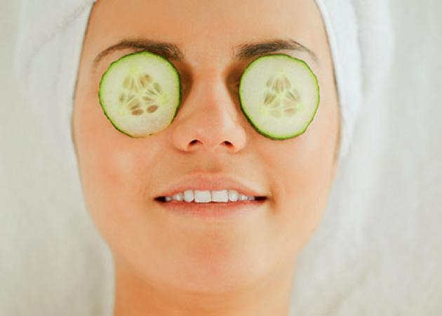 Ποιες φυσικές ουσίες αφαιρούν τις σακούλες στα μάτια | tlife.gr