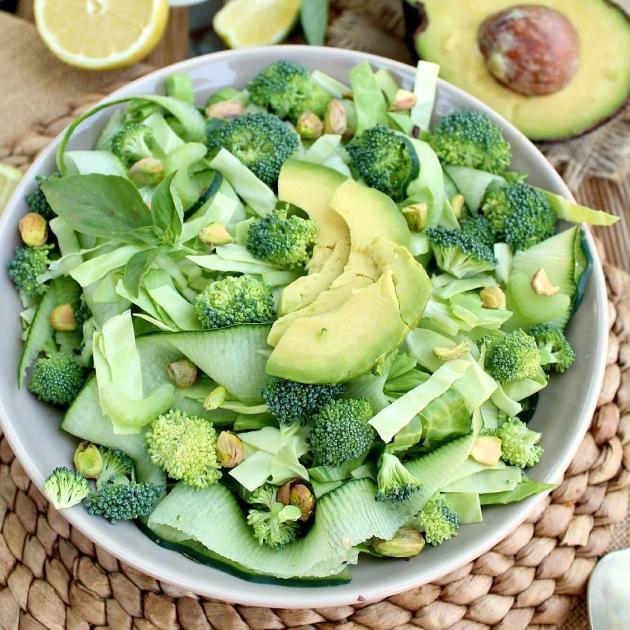 Σαλάτα με μπρόκολο, αγγούρι και αβοκάντο