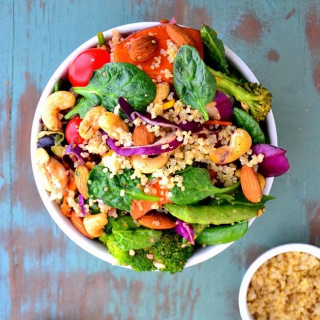 Σαλάτα με κινόα, λάχανο και σπανάκι