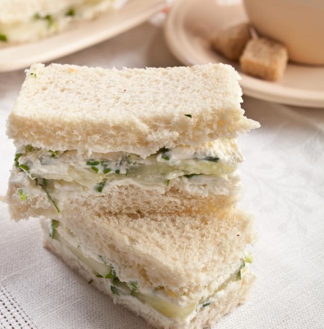 6 | Σάντουιτς με αγγούρι και γαλουπούλα για τσάι