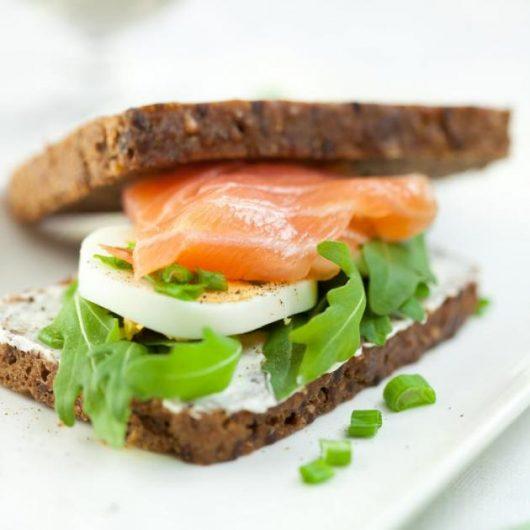 Σάντουιτς με σολομό και αυγό | tlife.gr