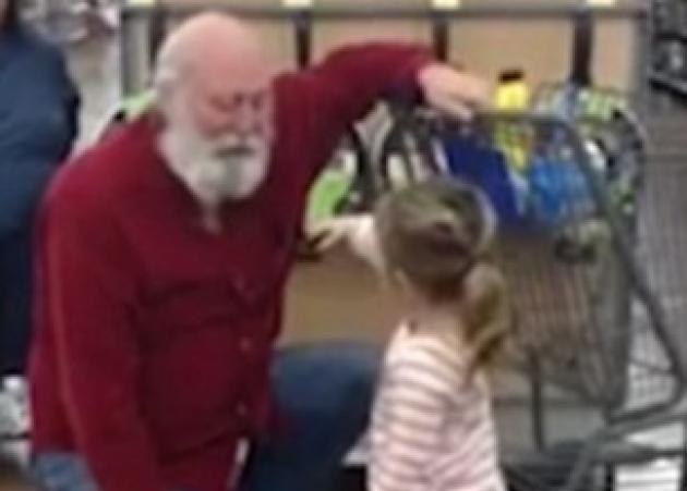 Η συγκινητική στιγμή που ένα κοριτσάκι περνάει για τον Άγιο Βασίλη, έναν ηλικιωμένο με λευκή γενειάδα! Βίντεο
