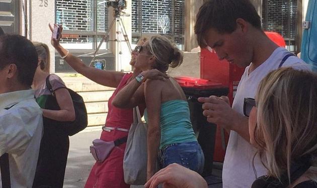 Οι ξεδιάντροπες selfie των τουριστών μπροστά στο σημείο της τραγωδίας στο Σίνδεϊ