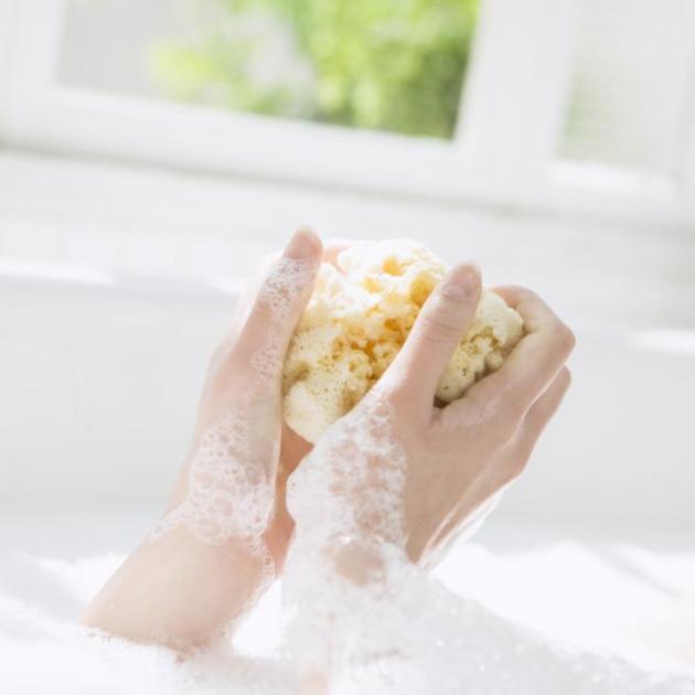 Αυτό το tip τα αλλάζει όλα! Γιατί να βάζεις λάδι σώματος πριν το μπάνιο! | tlife.gr