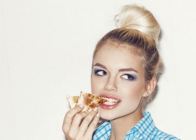 Πρέπει να το δεις! Τι κάνουν οι beauty bloggers με ένα κομμάτι πίτσα!