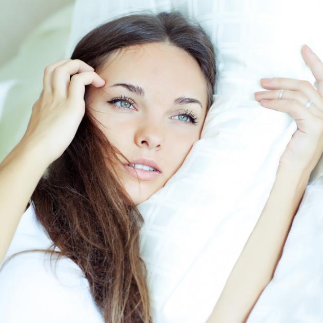 Τι σχέση έχει το μαξιλάρι σου με τις σακούλες στα μάτια;   tlife.gr