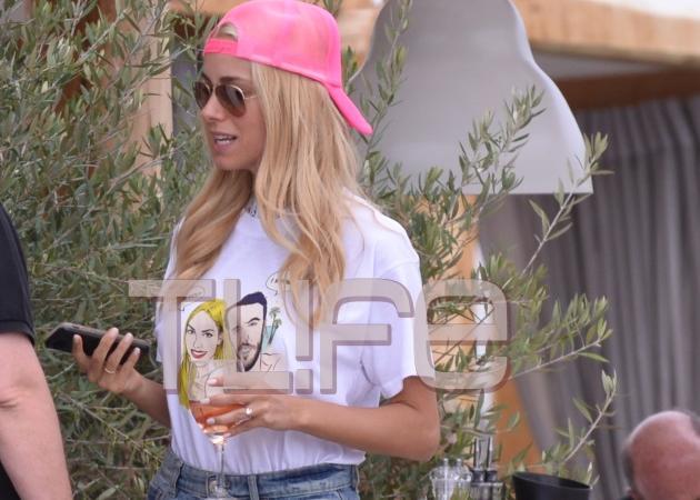 Δούκισσα Νομικού: Με t shirt, σορτσάκι και ξυπόλυτη στο after wedding party! [pics]   tlife.gr