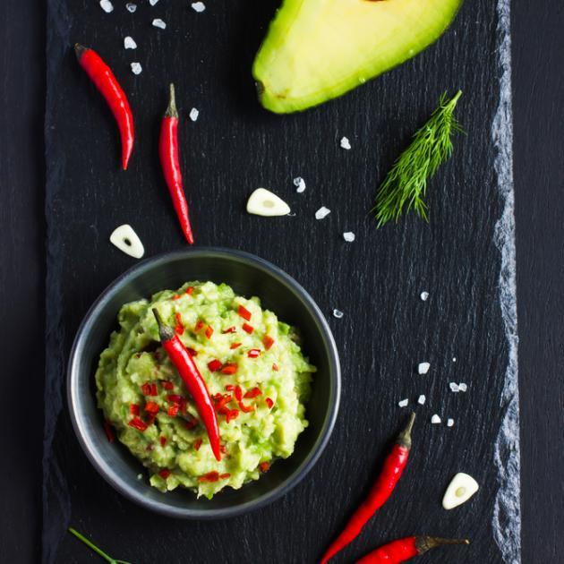 Σος γιαουρτιού με αβοκάντο και καυτερή πιπεριά