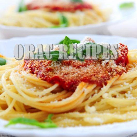 Μακαρονάδα με μυρωδικά, σκόρδο και σάλτσα ντομάτας | tlife.gr