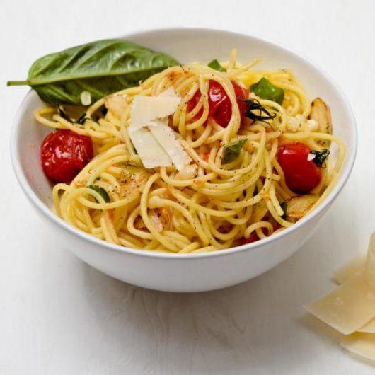 Καλοκαιρινή μακαρονάδα με φρέσκο σκόρδο και τοματίνια | tlife.gr