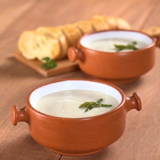 Σούπα με σπαράγγια και ξινομυζήθρα | tlife.gr