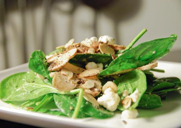 Σαλάτα σπανάκι με vinaigrette μελιού