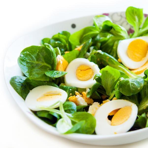 Σαλάτα σπανάκι με βραστά αυγά