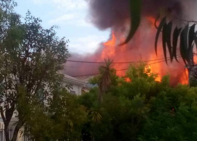 Φωτιά στη Λευκάδα! Λαμπάδιασε και κινηματογράφος – Στις φλόγες παραδόθηκαν έξι σπίτια και εκκενώθηκε εκκλησία
