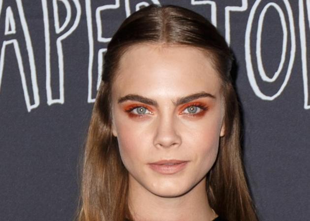Σοβαρά τώρα! Αν δεις την Cara Delevingne θα θέλεις να βάλεις πορτοκαλί σκιά!