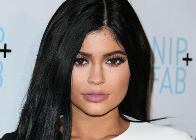 Θα θες να βάλεις ημιμόνινες βλεφαρίδες όταν δεις την selfie της Kylie Jenner!